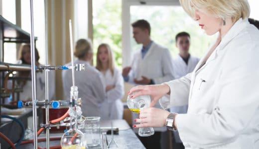 学校薬剤師の報酬はいくら?仕事内容から学校薬剤師になる方法まで解説